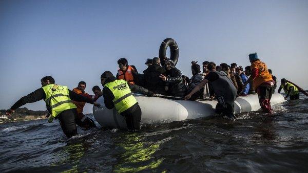 Uprchl�ci p�ij�d�j�c� z Turecka do �ecka - Ilustra�n� foto.