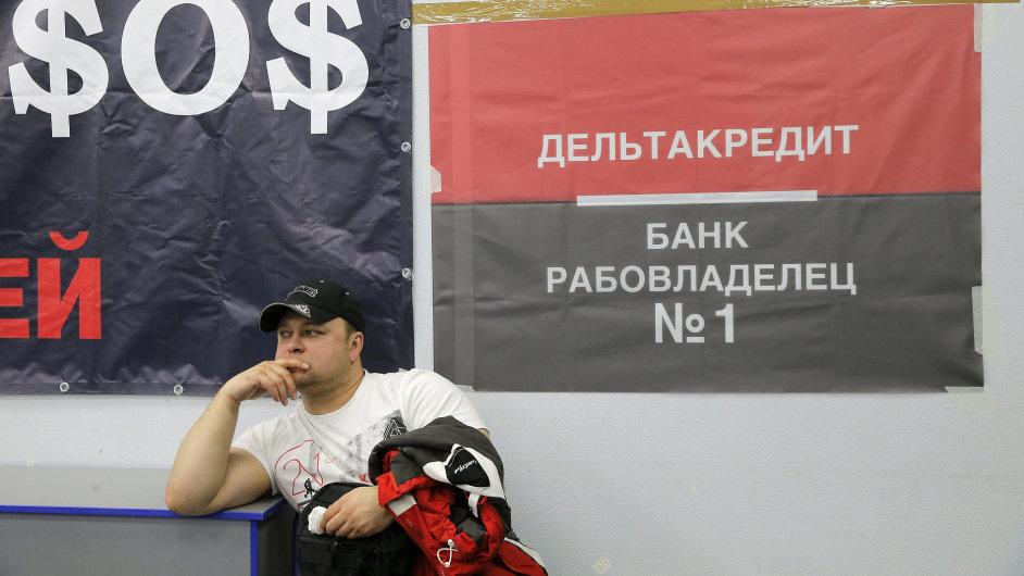 Bezproblémové není ani půjčování soukromníkům. Například z hypoték v zahraničních měnách se po devalvaci rublu stal další bankovní bolehlav.
