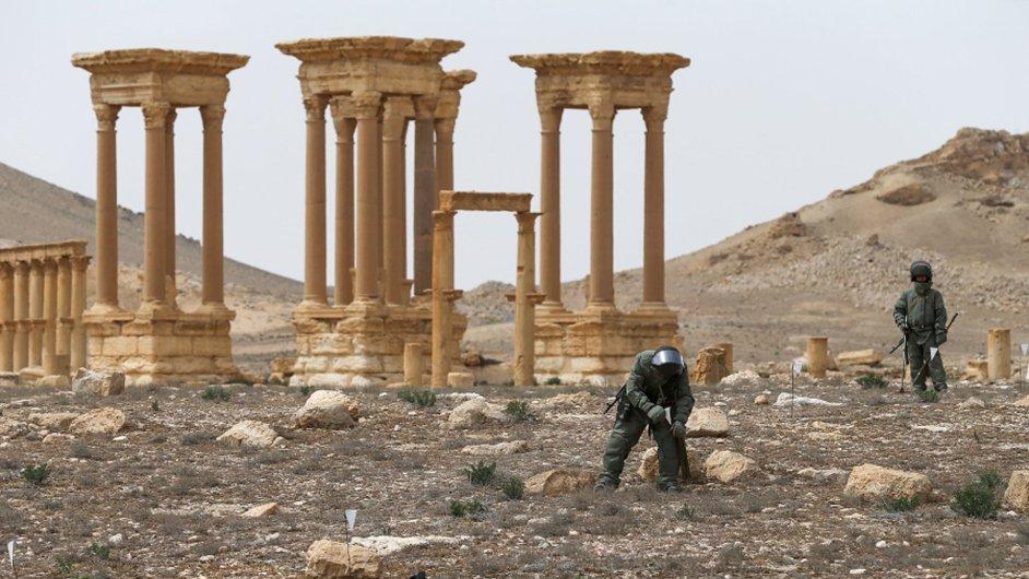Při ohledávání historické Palmýry dělaly problémy například miny, které zde nechali islamisté.