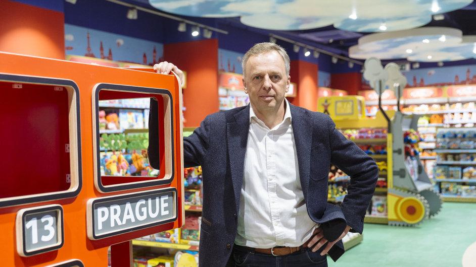 Pavel Zavadil je marketingovým manažerem pro nově otevřené hračkářství Hamleys World.