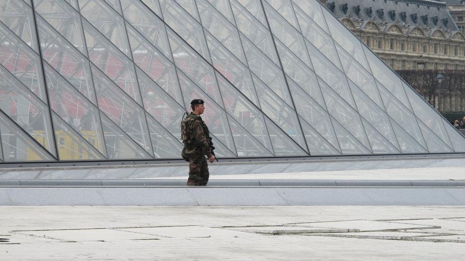 Vojáci hlídkující v Paříži