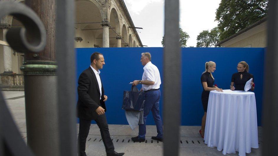 Miroslav Topolánek přichází na oslavu Martina Nejedlého