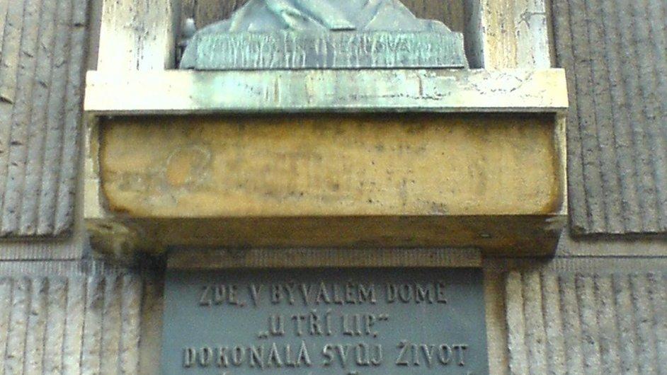 Na snímku je pamětní deska na domě v ulici Na Příkopě v Praze, kde Božena Němcová zemřela.