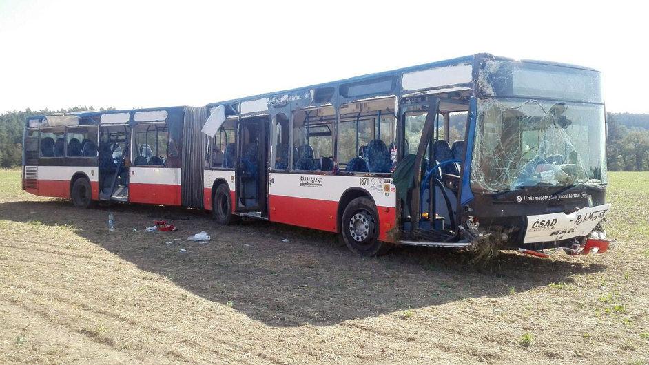 Autobus po nehodě skončil v poli.