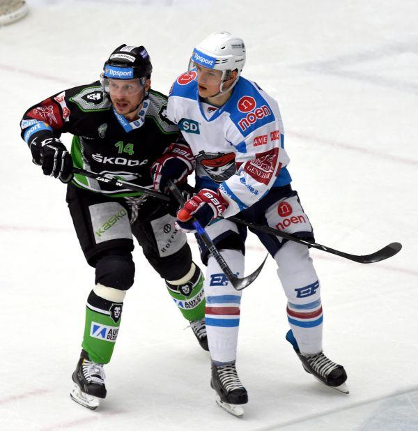 P_edkolo play off hokejov_ extraligy - 1. z_pas:Pir_ti Chomutov - BK Mlad_ Boleslav 6. b_ezna v Chomutov_. Vlevo mladoboleslavsk_ Petr Vampola a David K_mpf z Chomutova.