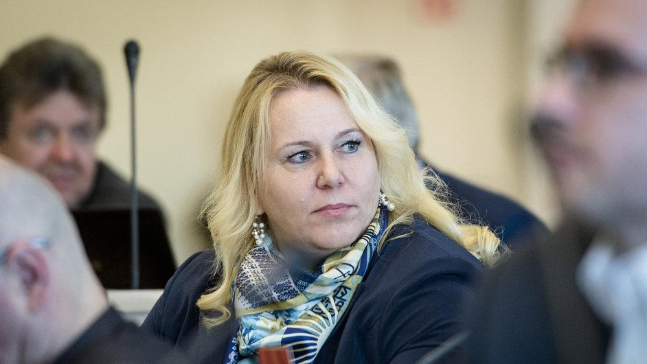 Zastupitelé Královéhradeckého kraje odmítli zbavit Kláru Dostálovou (ANO) mandátu krajské zastupitelky.
