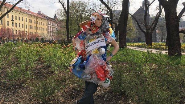 Člověk obalový v pražských ulicích.