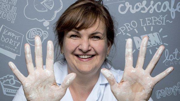 Jedním z protagonistů nové kampaně je Petra Veiglová, která v CrossCafe dohlíží už deset let na ruční výrobu dortů pro všechny kavárny této sítě.