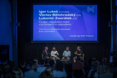 Na snímku ze středeční debaty jsou zleva Igor Lukeš, Lubomír Zaorálek, Jan Keller a moderátor Petr Fischer.