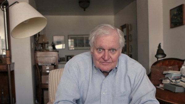 Když se slovo ocitne v blízkosti jiného, nabývá dalšího významu, říkal básník John Ashbery (na snímku z roku 2008 ve svém bytě v New Yorku).