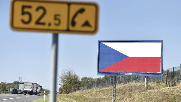Majitelé billboardů u dálnic zkusili jejich odstranění zabránit vylepením státní vlajky