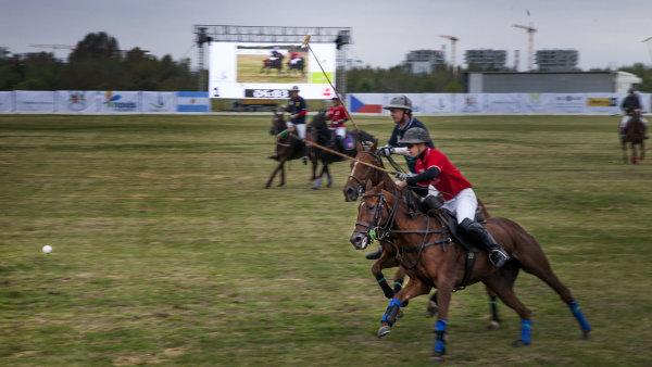 Hrají proti sobě čtyřčlenné týmy. V průběhu hry je možné vystřídat unavené koně.