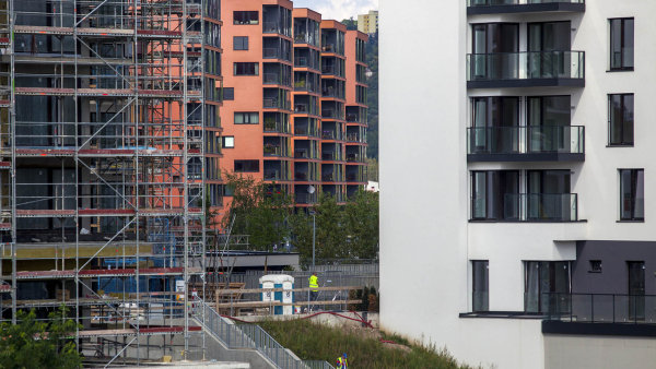 Zájem o nové smlouvy o stavebním spoření poklesl loni zhruba o desetinu.