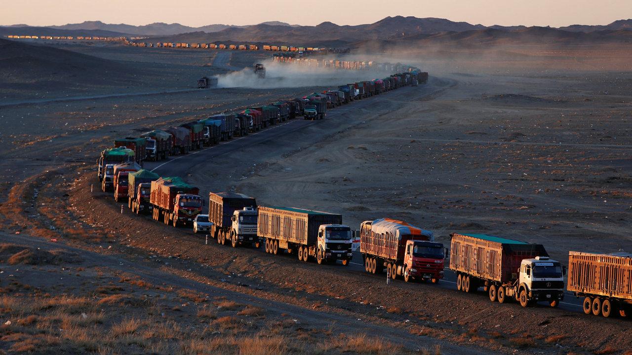 Mongolské kamiony s uhlím na čínské hranici.