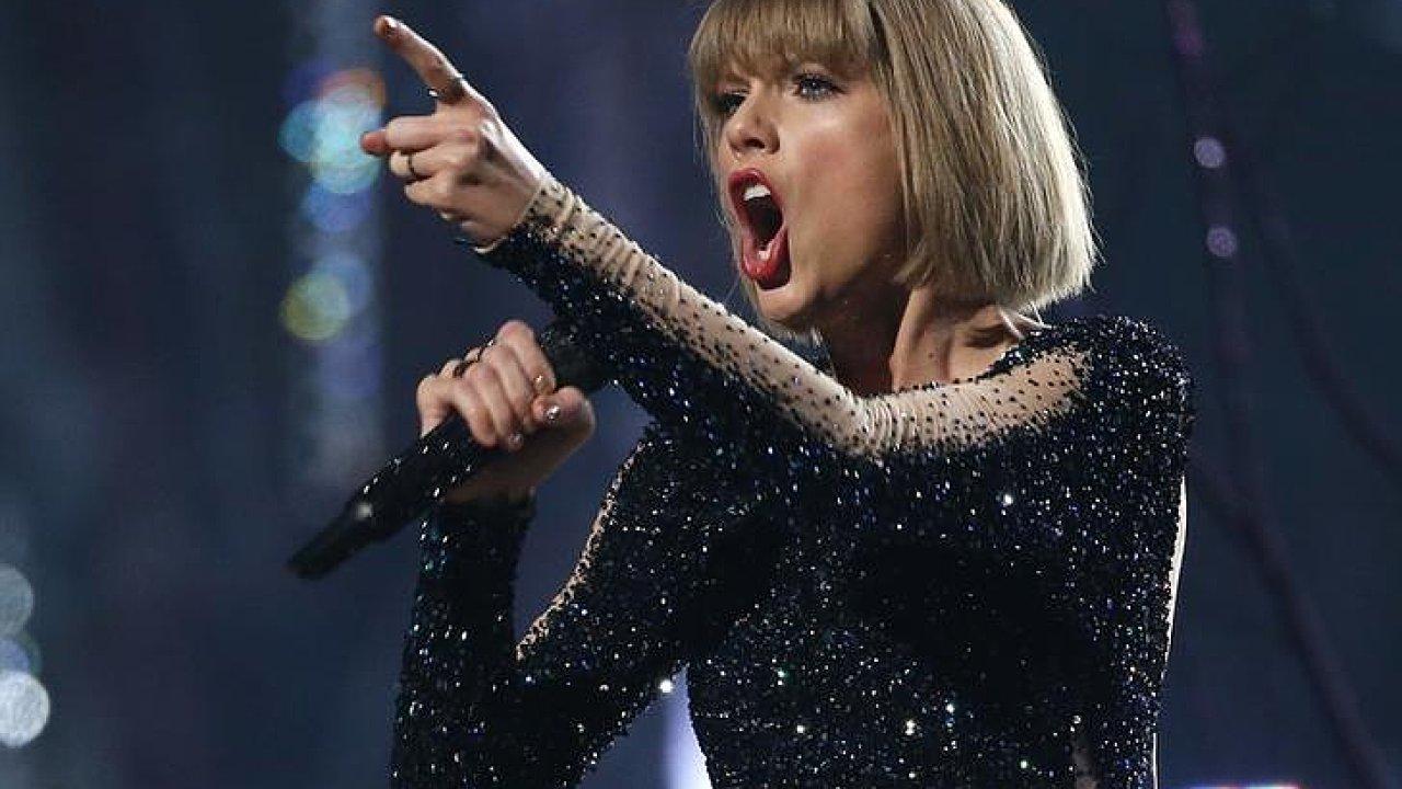 Taylor Swiftová je na snímku z loňského vystoupení při udílení hudebních cen Grammy.