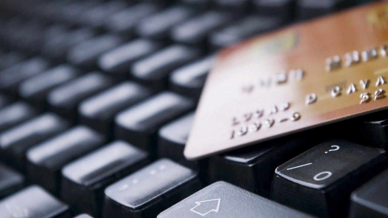 Ilustrační foto - Banka, karta, klávesnice, peníze
