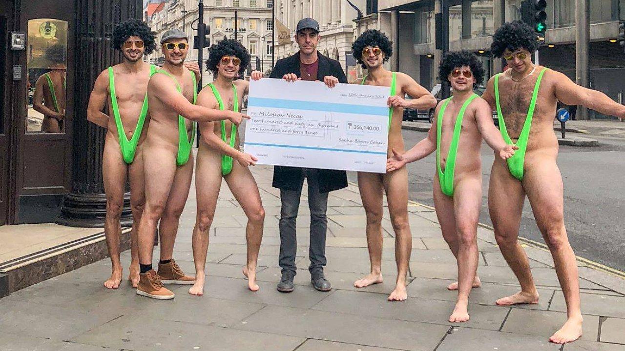 Češi zatčení v Kazachstánu se Sachou Baronem Cohenem před kazašskou ambasádou v Londýně. Herec zařídil, aby se znovu vyfotili v zelených plavkách zvaných mankini.