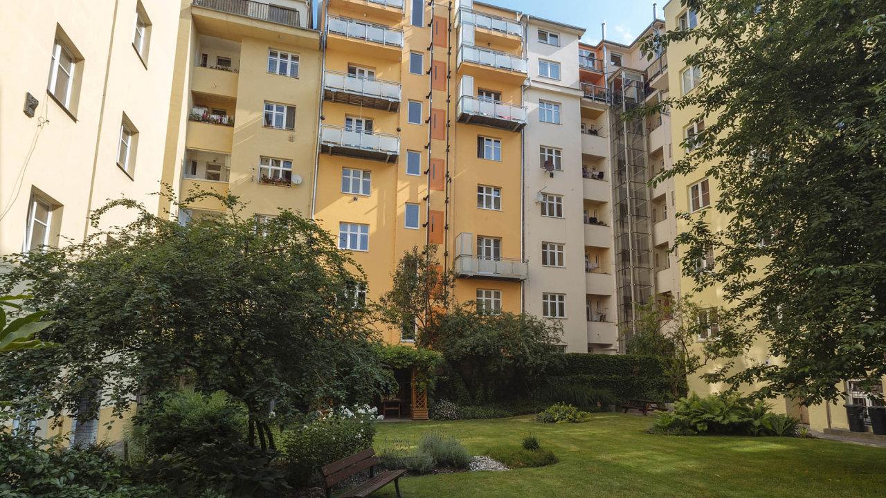Vysoké ceny bytů a jejich nedostatek způsobují, žesestále více Čechů rozhoduje pro nájemní bydlení.