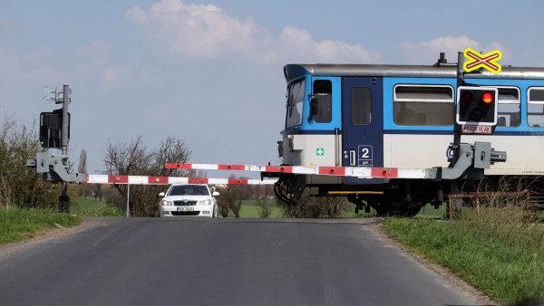 Muž podle policie pokácel na trať stromy, do nichž vlaky pak narazily - Ilustrační foto.