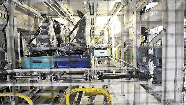 Obě patra palet se sedadly se automaticky přesunou dovnitř návěsu, v němž je stejný systém s řetězovými dopravníky. Následně kamion odjíždí do továrny BMW.