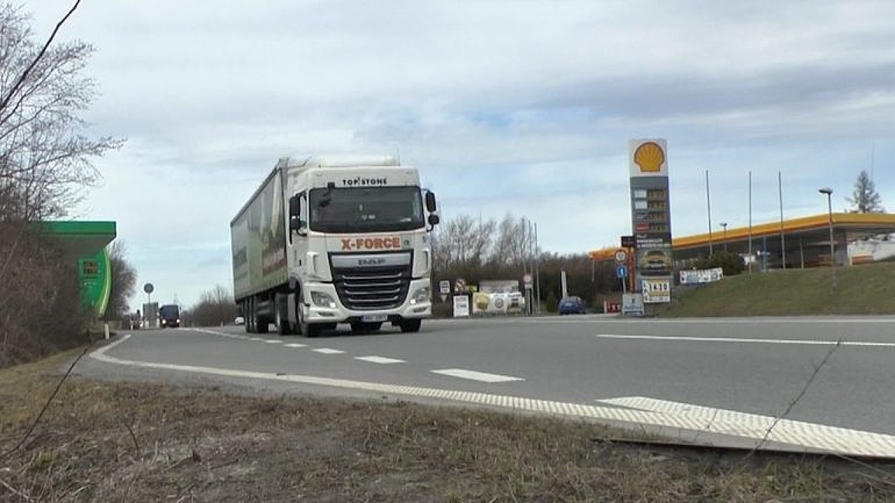 Tohle je nejnebezpečnější úsek pro řidiče v Česku. Odbočky k benzinkám v Hranicích