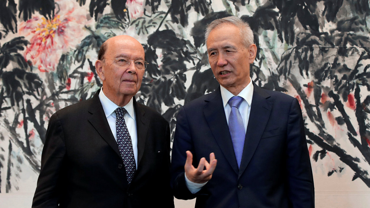 Jednání mezi USA a Čínou v Pekingu vedli čínský vicepremiér Liou Che (vpravo) a americký ministr obchodu Wilbur Ross.