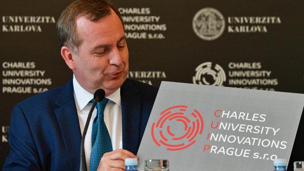 Budeme dělat byznys. Rektor Univerzity Karlovy Tomáš Zima ukazuje logo nové společnosti, která bude propojovat vědu skomerčními subjekty.