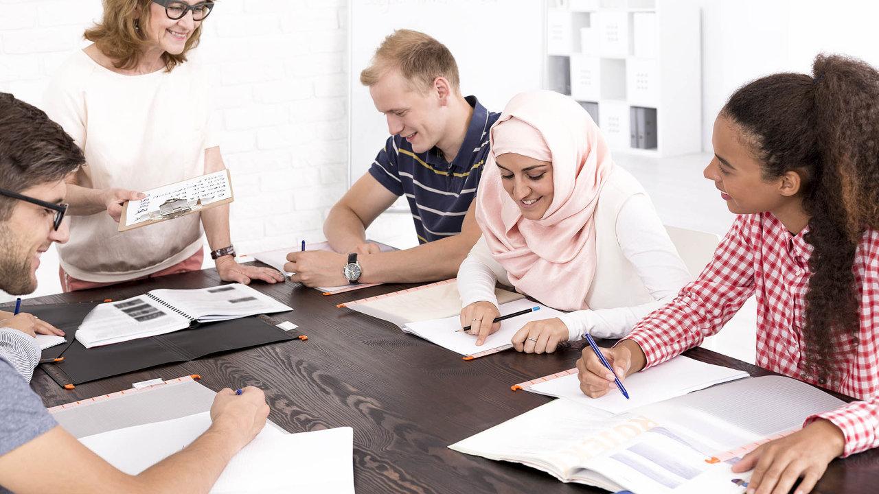 Podle Asociace jazykových škol nabízejí svým zaměstnancům výuku češtiny v naprosté většině případů nadnárodní společnosti, které pracují s mezinárodními týmy.