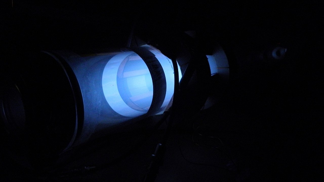 Družice se speciálním iontovým motorem využívají jako pohonnou látku zbytkovou atmosféru Země.