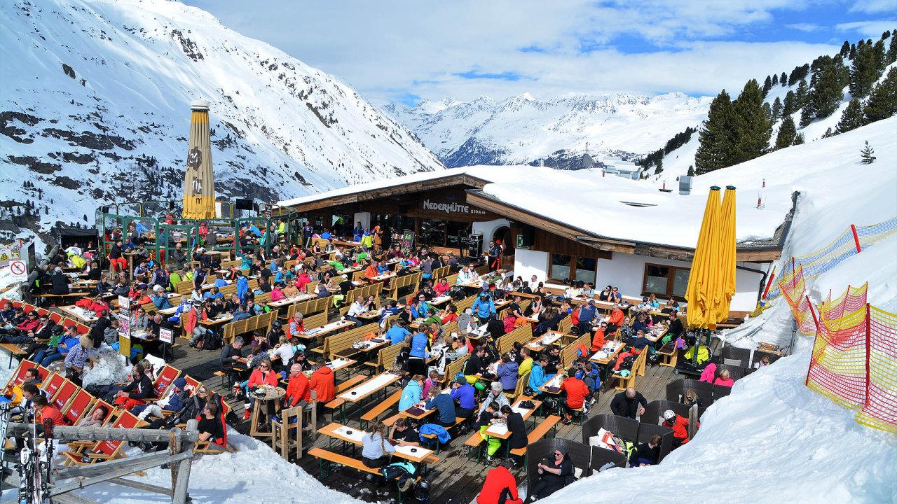 V lyžařské sezoně praskají restaurace na rakouských sjezdovkách ve švech. Jejich majitelé ale mají stále větší problém sehnat zaměstnance - Ilustrační foto.