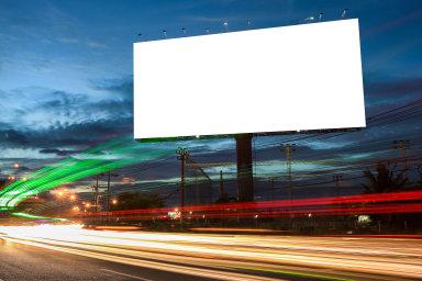 Venkovní reklama zaznamenala kvůli rušení ploch u dálnic pokles o šest procent na 5,2 miliardy korun.