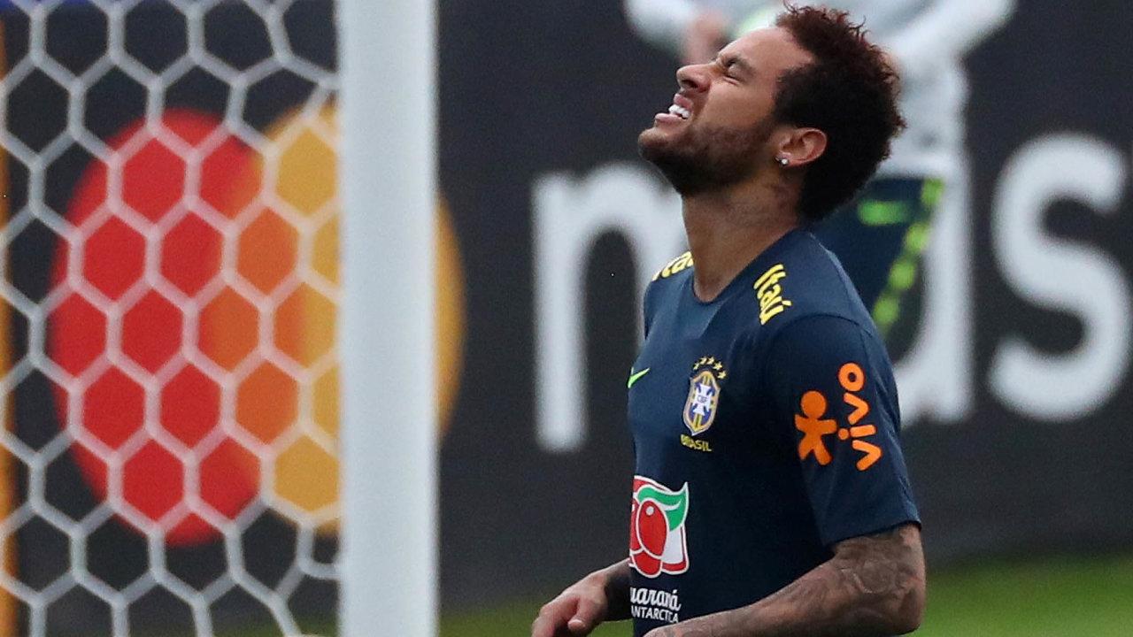 Najméně fotbalisty Neymara chtěl vydělat jeden španělský občan, když si vroce 2012 nechal zaregistrovat ochrannou známku Neymar pro oblečení, boty apokrývky hlavy.