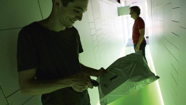 E-shop Alza obohatil futuristické nakupování vloni otevřených hybridních prodejnách.