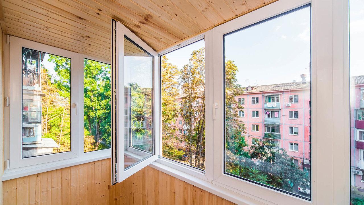 Lidé používají úvěry ze stavebního spoření spíše krekonstrukcím aopravám stávajícího bydlení. Třeba na nová okna (ilustrační snímek).
