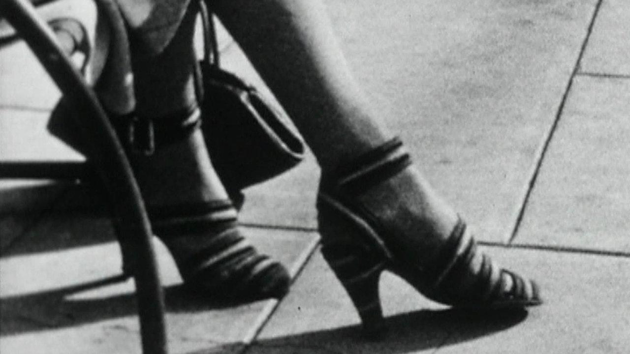 """Rozpohybovat obrazy. Poslední umělcův snímek Juliet, zroku 1940, zachycuje několik soukromých okamžiků zdoby, kdy se Man Ray vrátil doAmeriky adokina už chodil """"spíš zeslušnosti""""."""