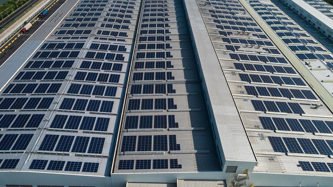 Solární panely na střechách továrních budov jsou pro firmy velkou příležitostí (ilustrační snímek).