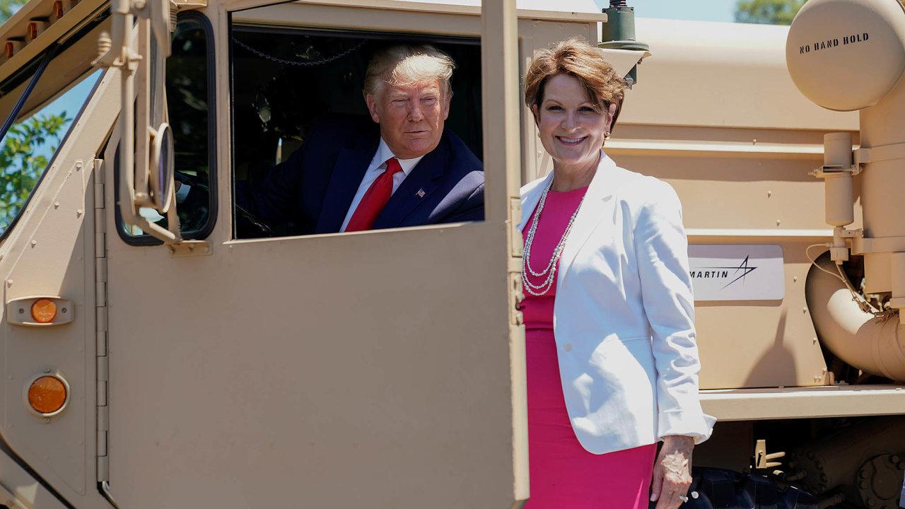 Působení Donalda Trumpa v Bílém domě americkým zbrojovkám svědčí. Na snímku je s Marillyn Hewsonovou, šéfkou společnosti Lockheed Martin, která je v USA i celosvětově v oboru jedničkou.