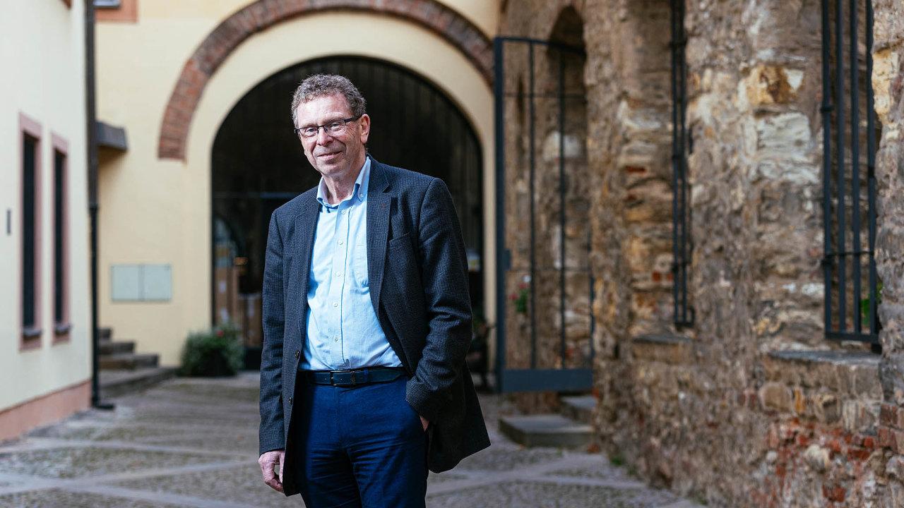 Expert na Německo. Britský profesor Simon Bulmer tvrdí, že Německo je zdrženlivé, má-li jako ekonomický lídr Evropské unie převzít zároveň roli jejího mocenského hegemona.