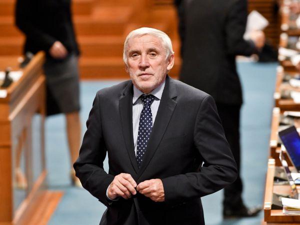 Místopředseda Senátu Jiří Růžička (zaTOP 09 aSTAN), dlouholetý ředitel pražského Gymnázia Jana Keplera.