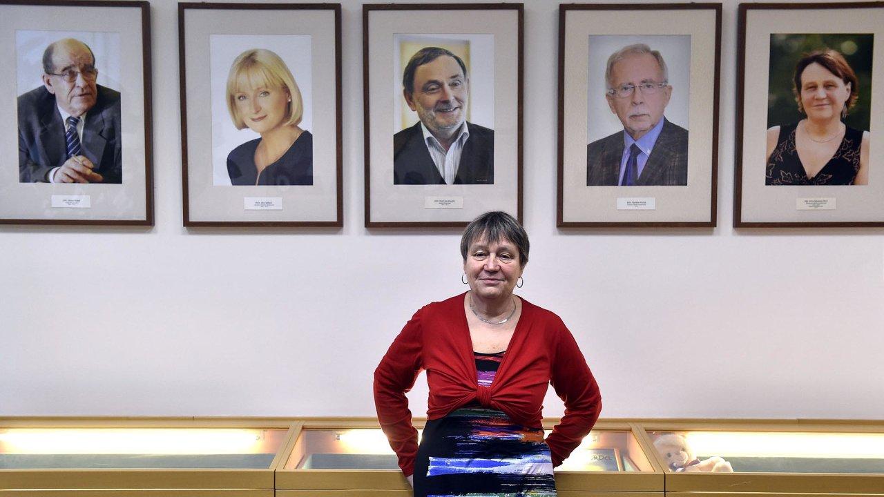 V kanceláři. Místnost, kde visí podobizny všech dosavadních ombudsmanů, Anna Šabatová brzy opustí.