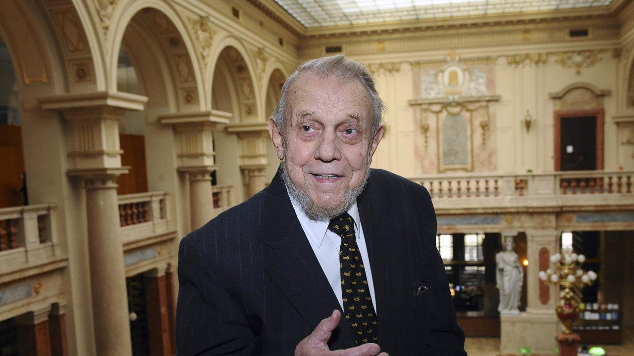 Zhruba polovinu života strávil Erazim Kohák vexilu, asi 17 let ztoho nasamotě vlese. Významný český filozof, který podporoval různá ekologická hnutí, zemřel vsobotu vevěku 86 let.