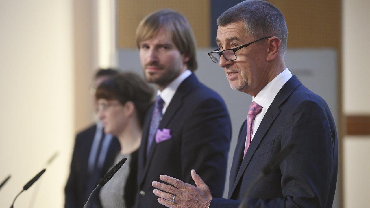 Předseda vlády Andrej Babiš (vpravo) a ministr zdravotnictví Adam Vojtěch (druhý zleva) na tiskové konferenci uspořádané 28. února 2020 v Praze k aktuální situaci v souvislosti s výskytem koronaviru v