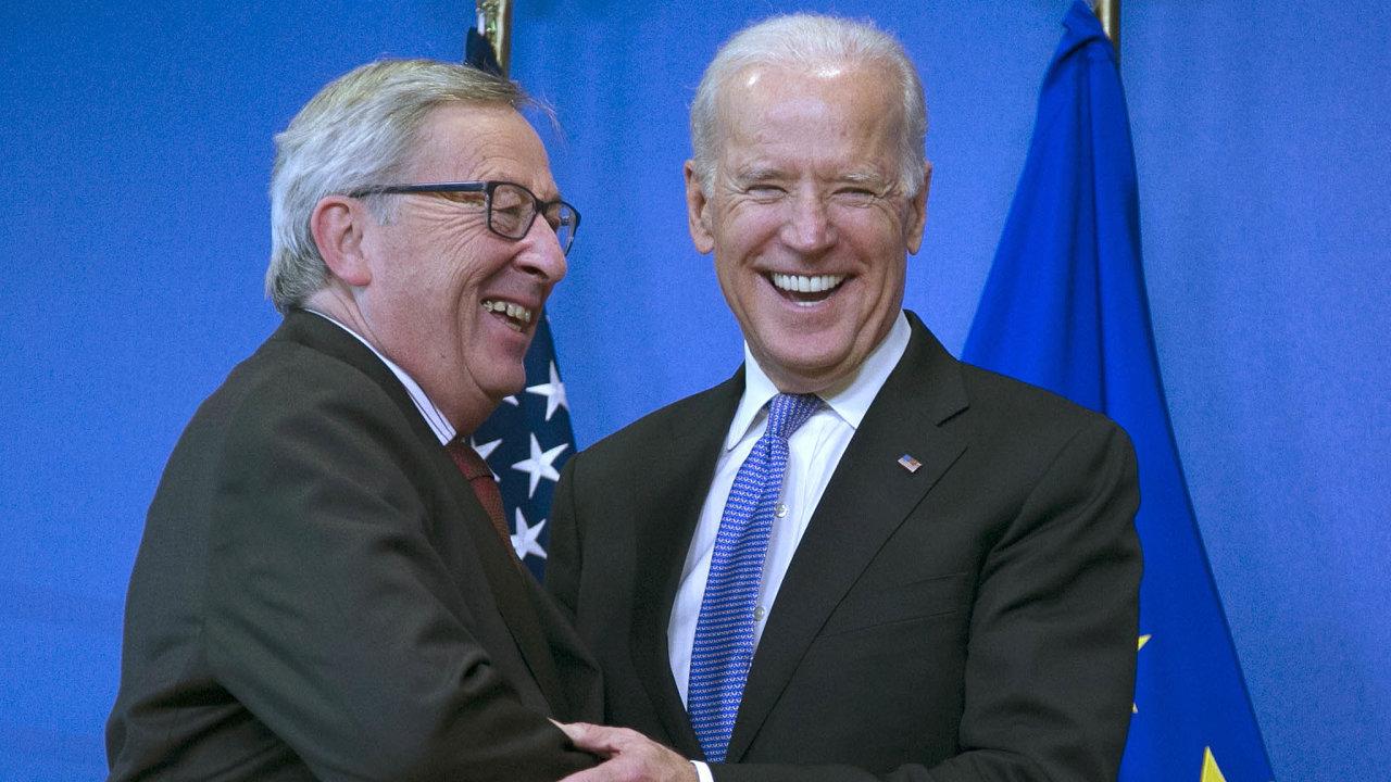 Pro Evropskou unii by zvolení Joea Bidena americkým prezidentem znamenalo mnohem vstřícnější přístup, než jaký zažívá dnes. Na snímku Biden s šéfem předchozí Evropské komise, Jean-Claudem Junckerem.
