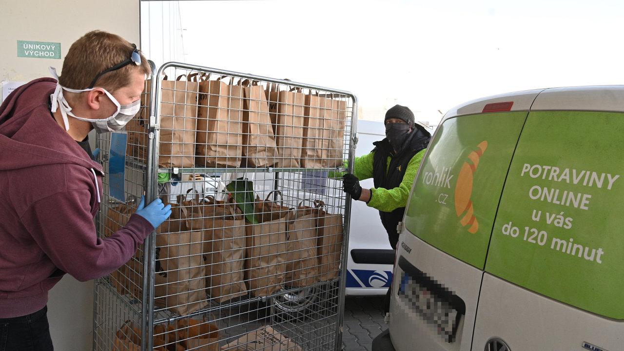 Pracovníci v brněnské pobočce internetového obchodu Rohlík.cz připravují 3. dubna 2020 tašky s nákupem k rozvozu.