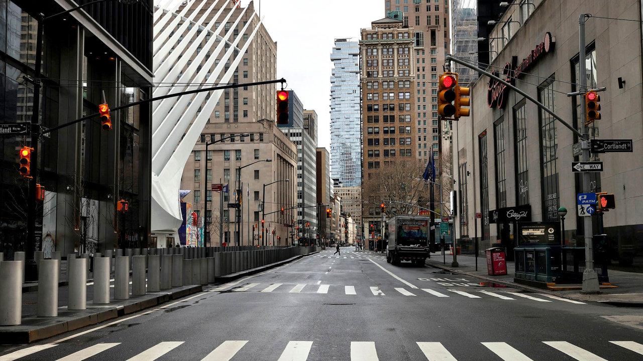 Město ticha. Jak dokládá momentka z Church Street na dolním Manhattanu, newyorské ulice jsou vylidněné aztichlé tak, že je slyšet zpěv ptáků.