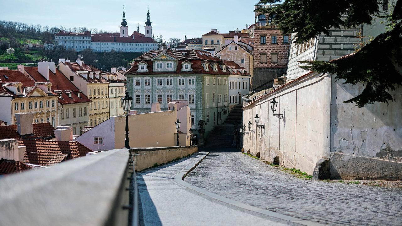 Vylidněná Praha: Odliv turistů zhlavního města pocítí hlavně hoteliéři. Podle expertů letos propadnou investice dohotelů. Kdy se sektor vzpamatuje, není jasné, pokles turismu může být dlouhodobější.