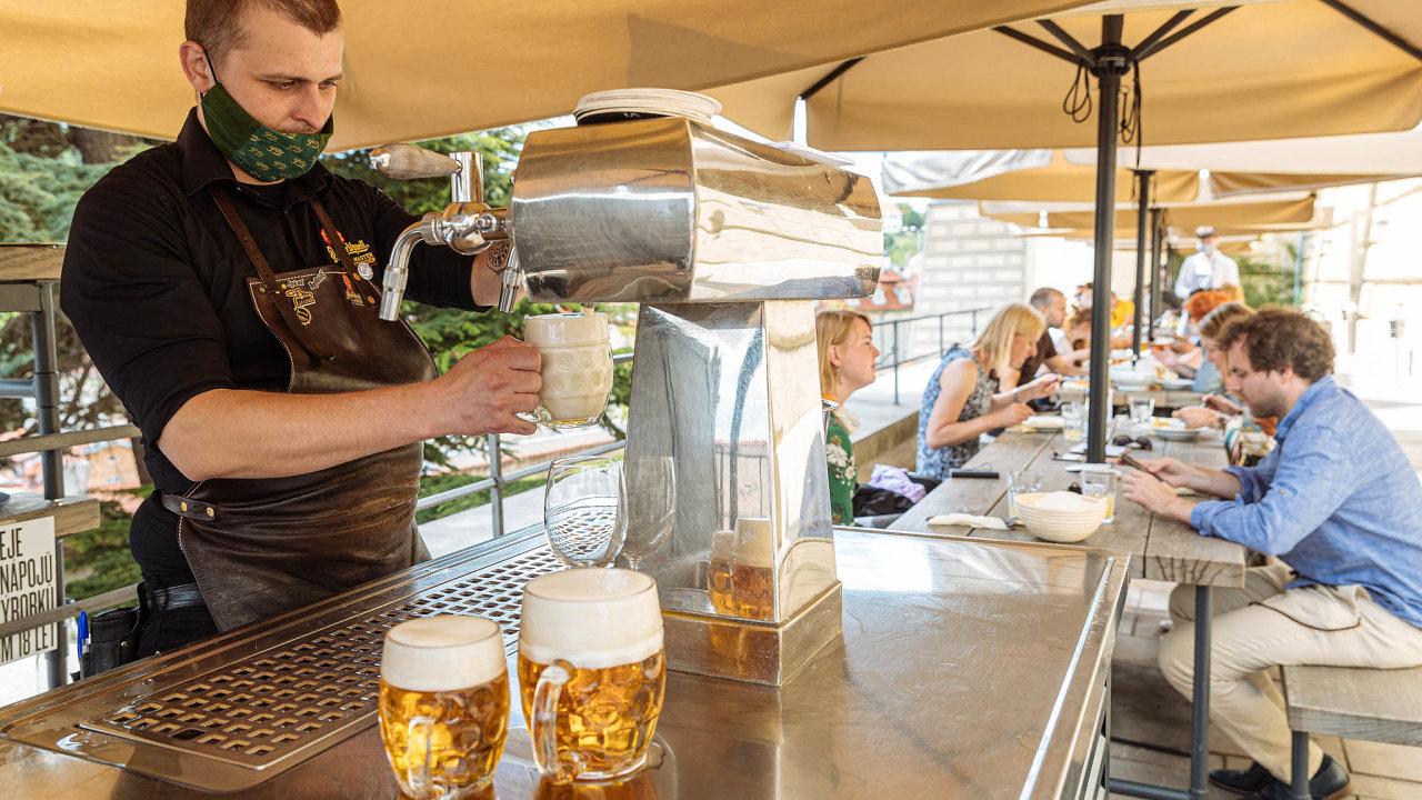 Nazahrádkách je volněji. Venkovní sezení, jak dokládá hradčanská restaurace Kuchyň zesítě Ambiente, je motorem opětovného rozbíhání pohostinského byznysu.