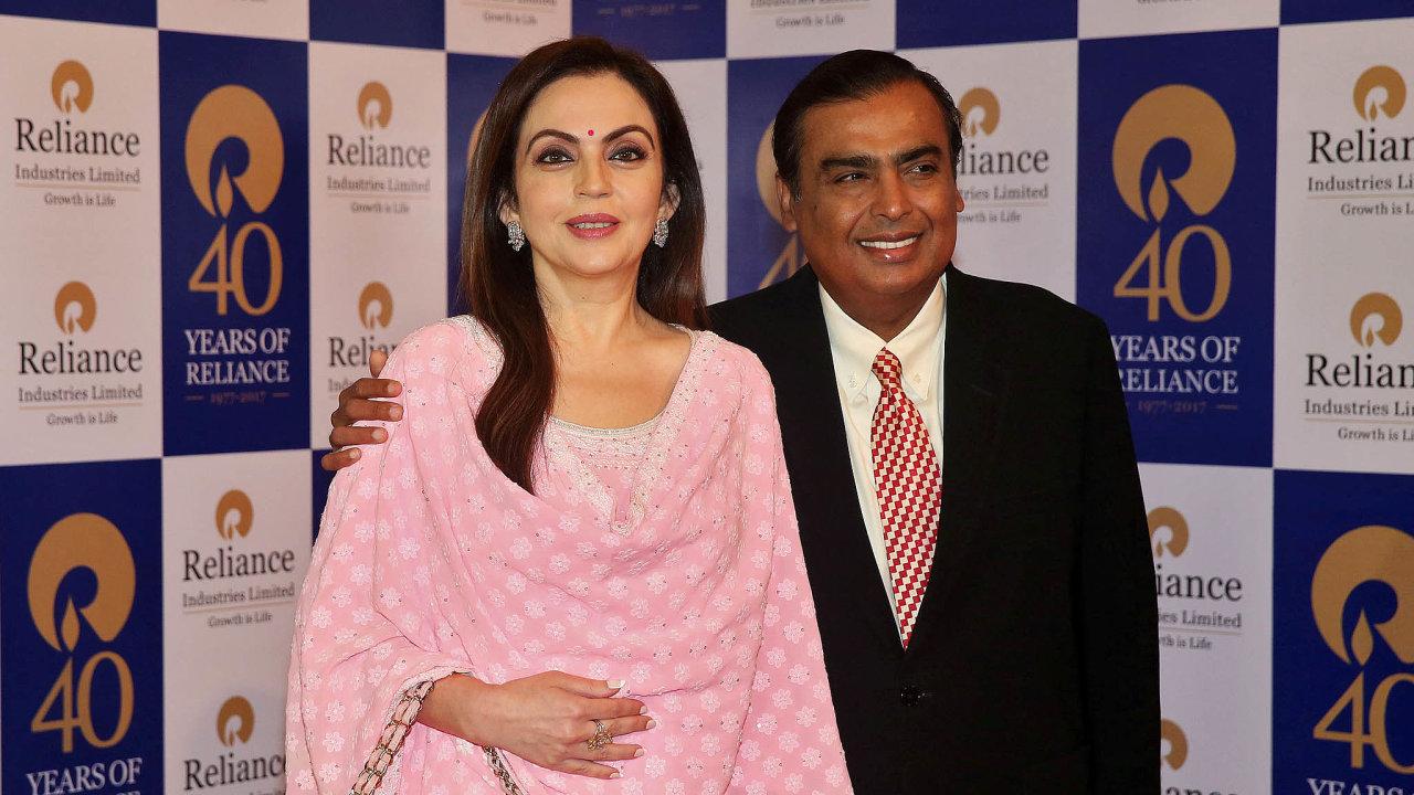 Nejbohatší pár Indie: Mukeš Ambani smanželkou Nitou. Indickému miliardáři se daří lákat velké investory dosvé digitální divize Jio Platforms.
