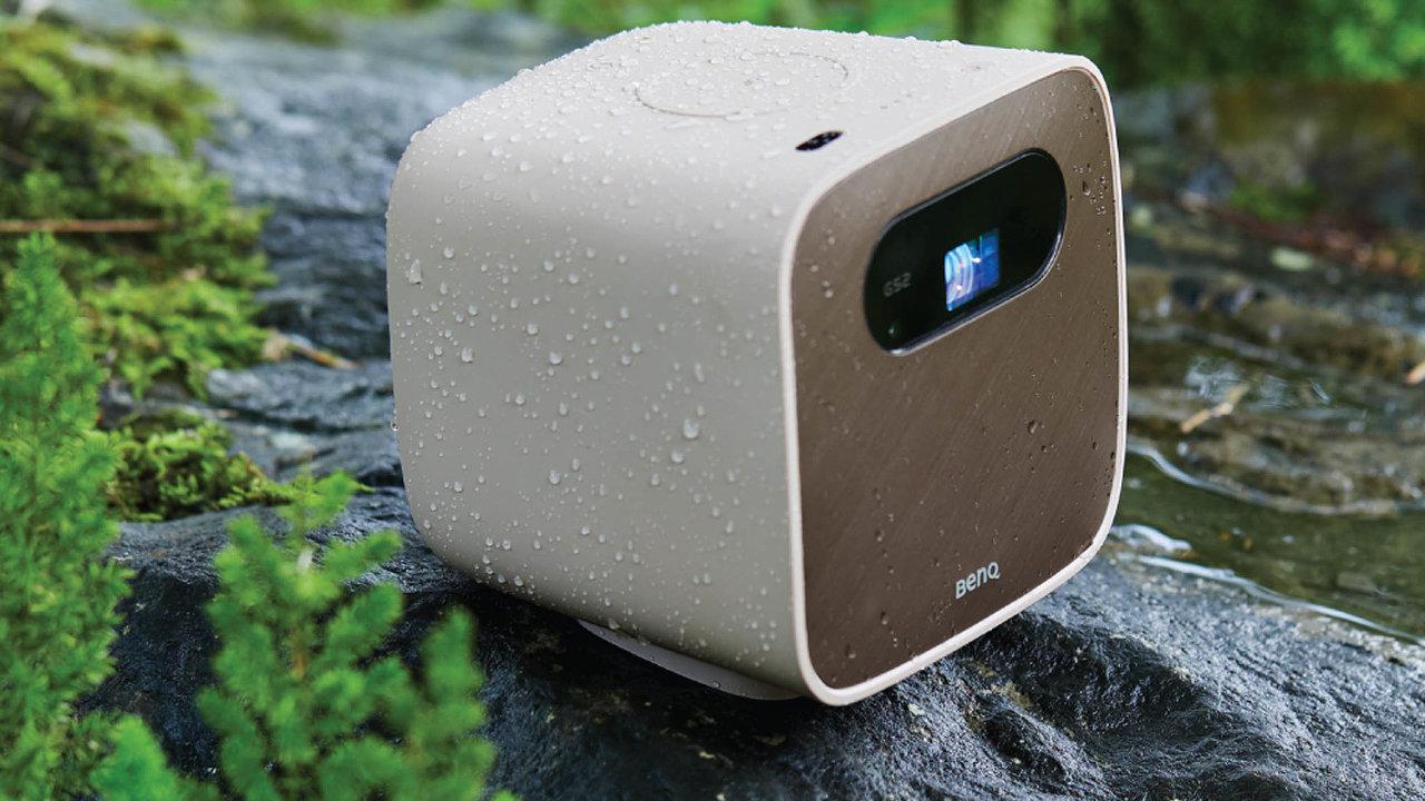 BenQ GS2 je kostka ohraně zhruba 14 cm, dokteré se vešel jak projektor, tak Bluetooth reproduktor. Ataké baterie, která utáhne tři hodiny promítání.
