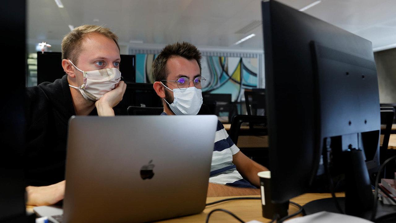 Pozor na virus: Lidé museli nasadit roušky i v pařížském inkubátoru pro start-upy zvaném StationF.